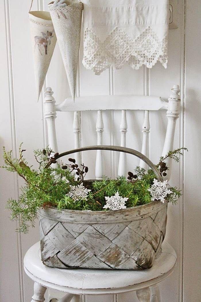 skandinavisch angehauchte weihnachtsdeko korb mit gr n. Black Bedroom Furniture Sets. Home Design Ideas