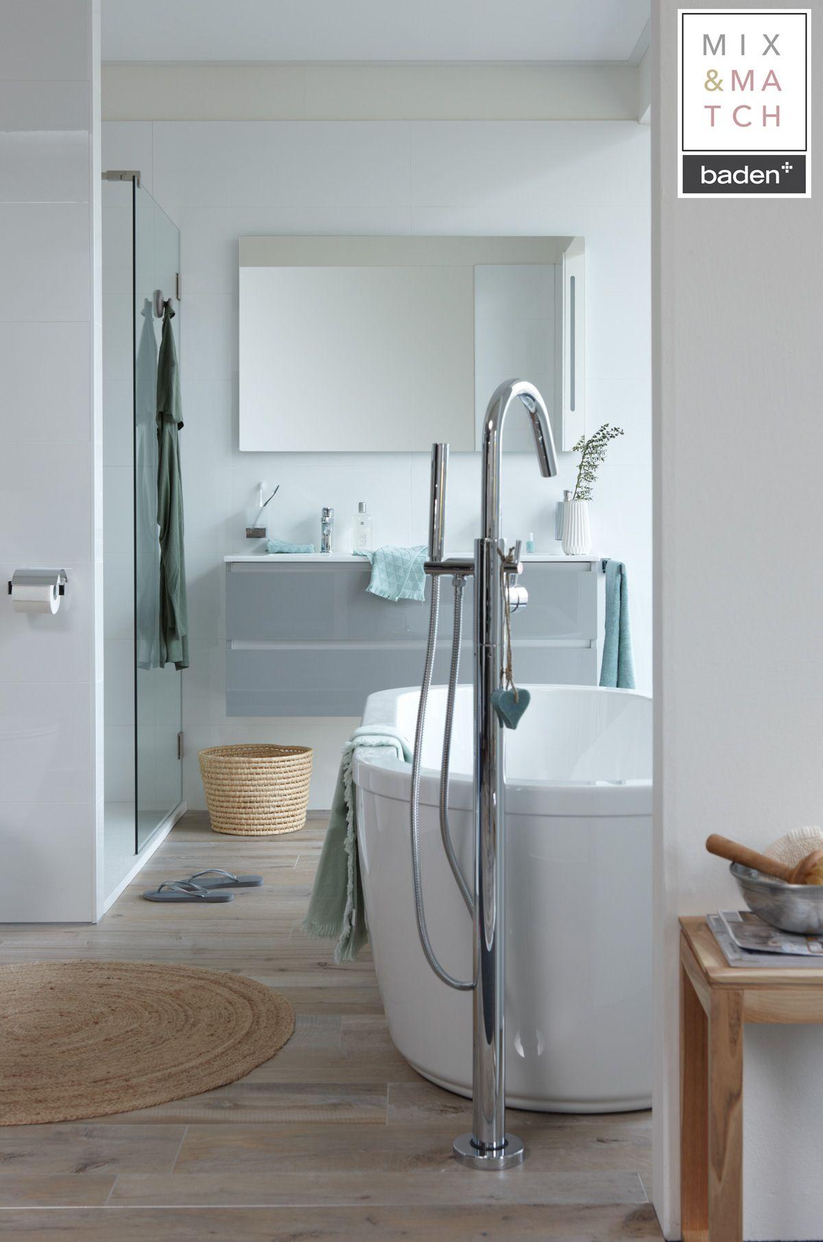 In deze lichte, Scandinavische badkamer valt de chromen badkraan ...