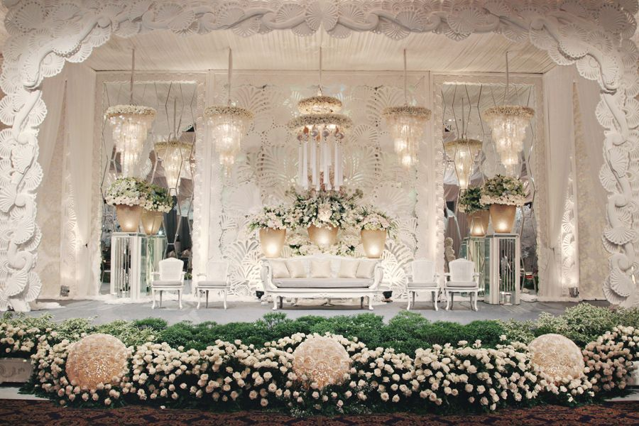 Amazing floral arrangements photo by axioo flowers and decor by luxe sea shells pearls wedding jerry selina flowers decor by nefi decor axioo photography jakarta bali junglespirit