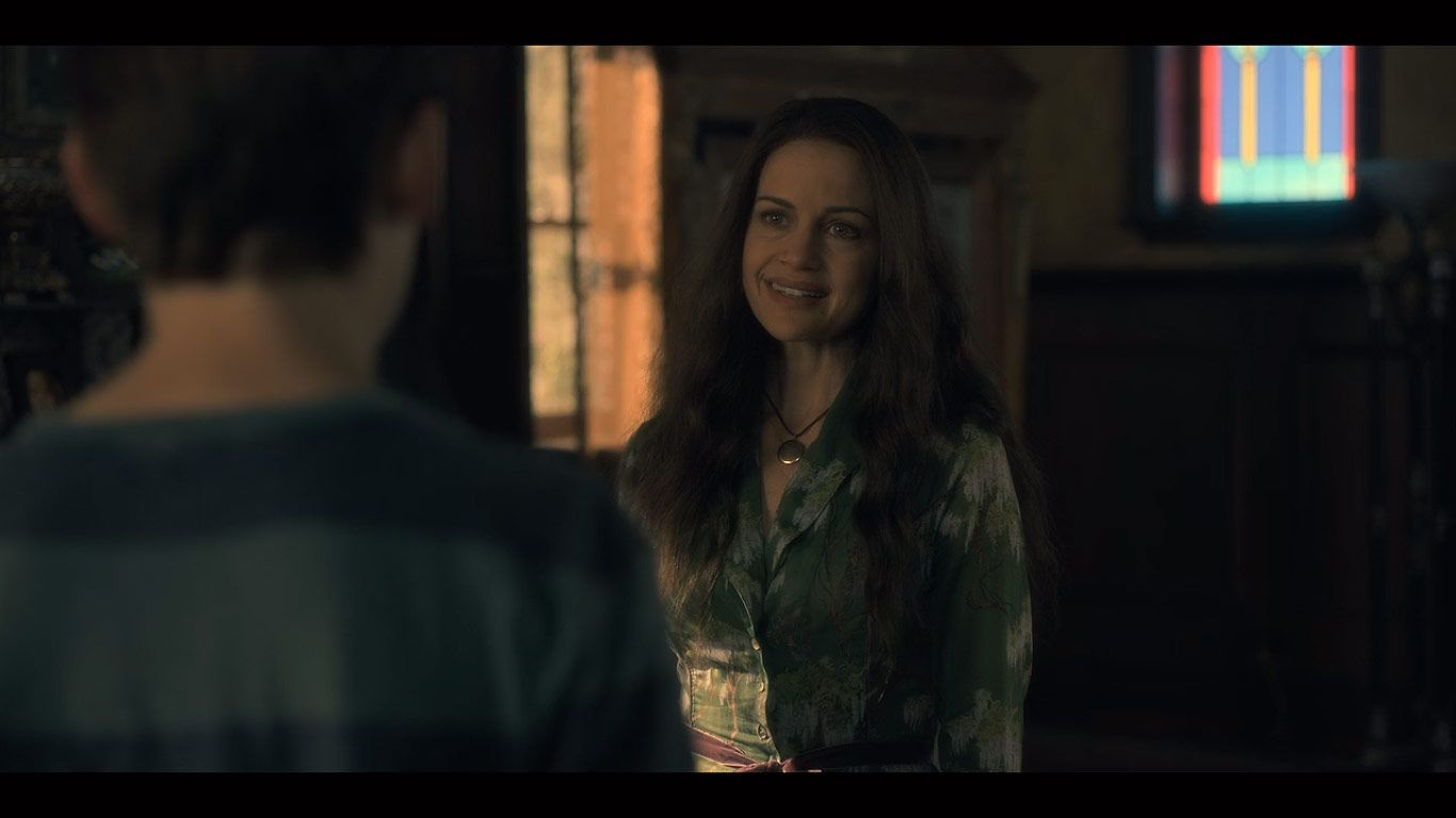 Paxton Singleton As Young Steven Carla Gugino As Olivia In Season 1 Episode 8 Of The Haunting Of Hill House Source House On A Hill Carla Gugino Haunting