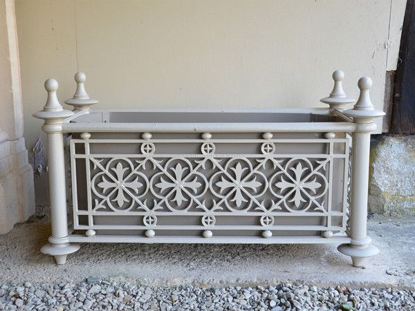 A pair of large cast iron Victorian planters - Architectural Heritage