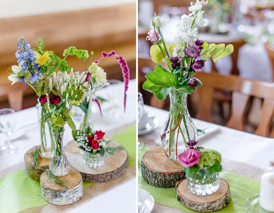 Bunte wilde Blumendeko mit Baumscheiben und Vschen bei einer Trachtenhochzeit  Hochzeit