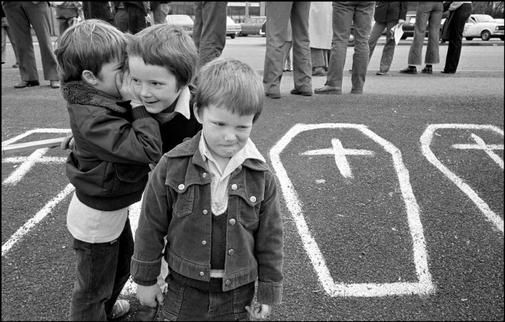small boys at a demonstration | belfast 1981 |  foto: ian berry