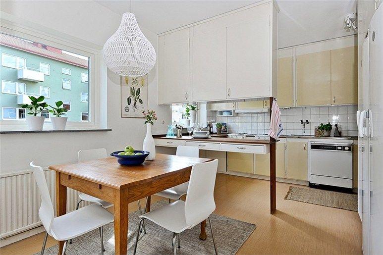 Köket är i originalutförande och här finns möjligheter för den som vill skapa sitt drömkök