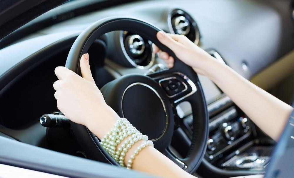 Alquiler De Carros Como Colocar Las Manos En El Volante Ruedas De Coche Alquiler De Carros Volantes
