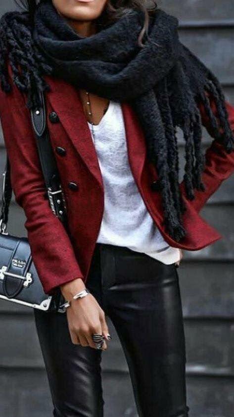 Photo of Rød jakke i militær stil hvit v-hals tee-sort skjerf og bukser i faux skinn