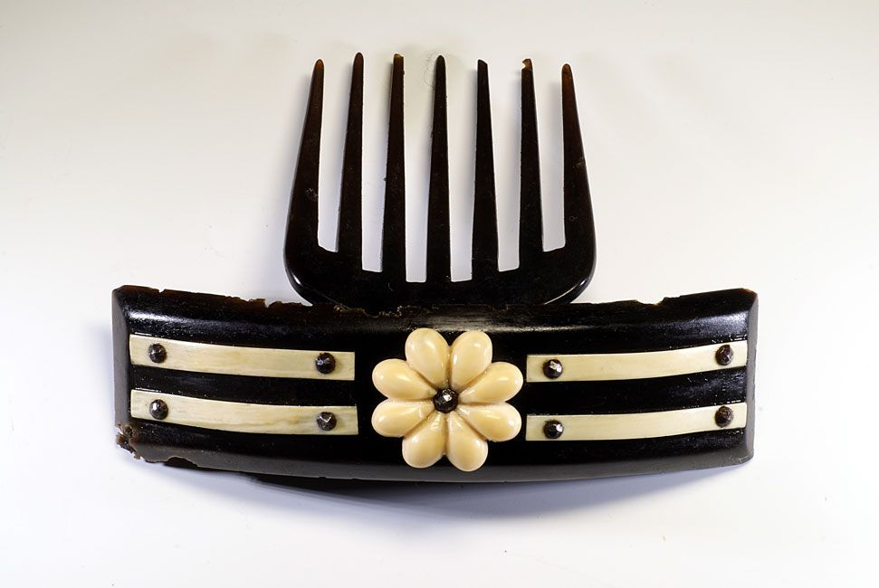 Hinged black horn comb (2)