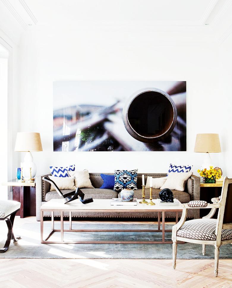 Tour a comfortably masculine apartment in madrid casas - Salones de ensueno ...