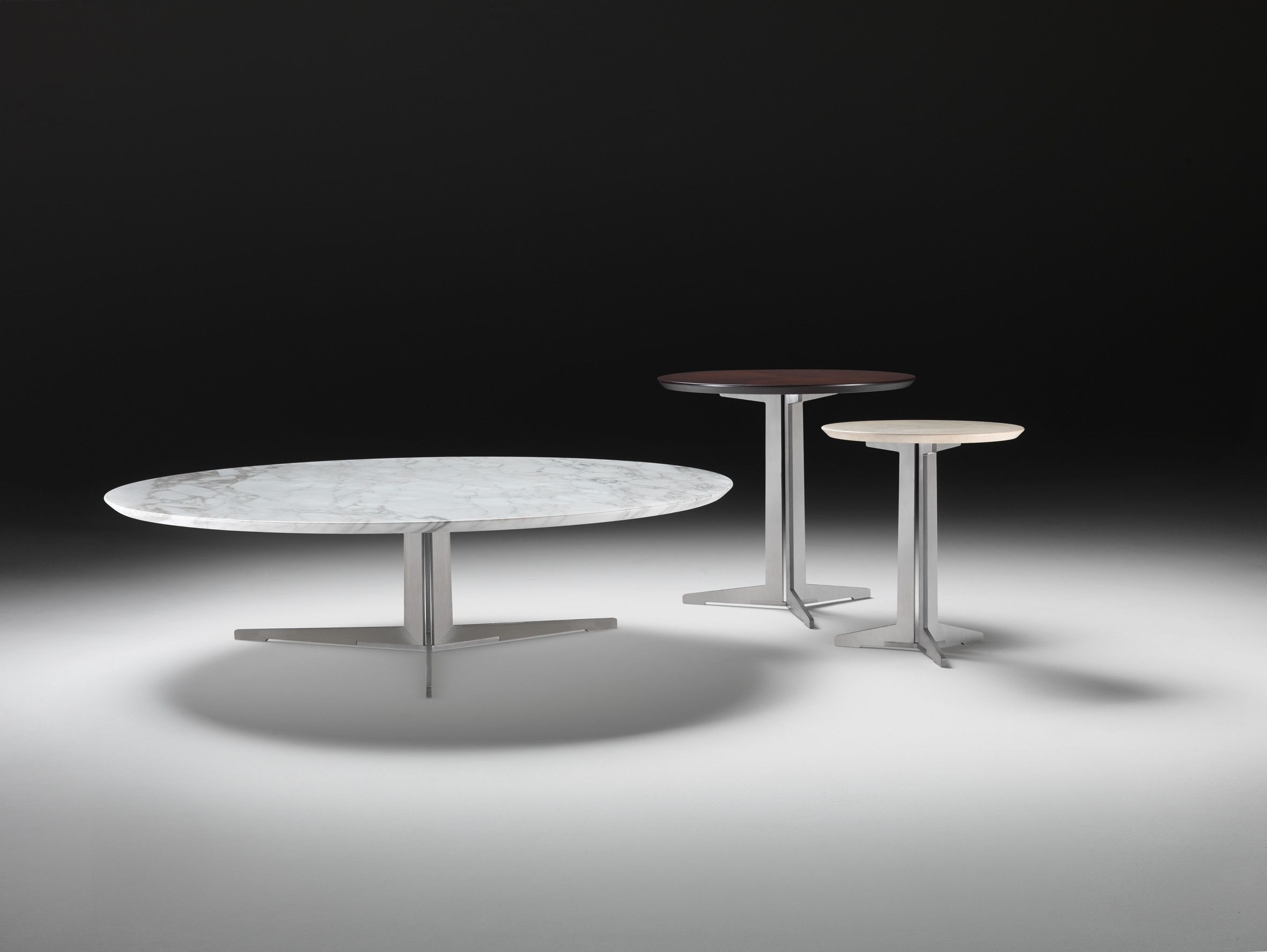 Couchtisch Antonio Flexform Fly Oval And Round Small Tables With Frame In Metal, Top In Wood Veneers Or Marble. Designed By Antonio Citterio.