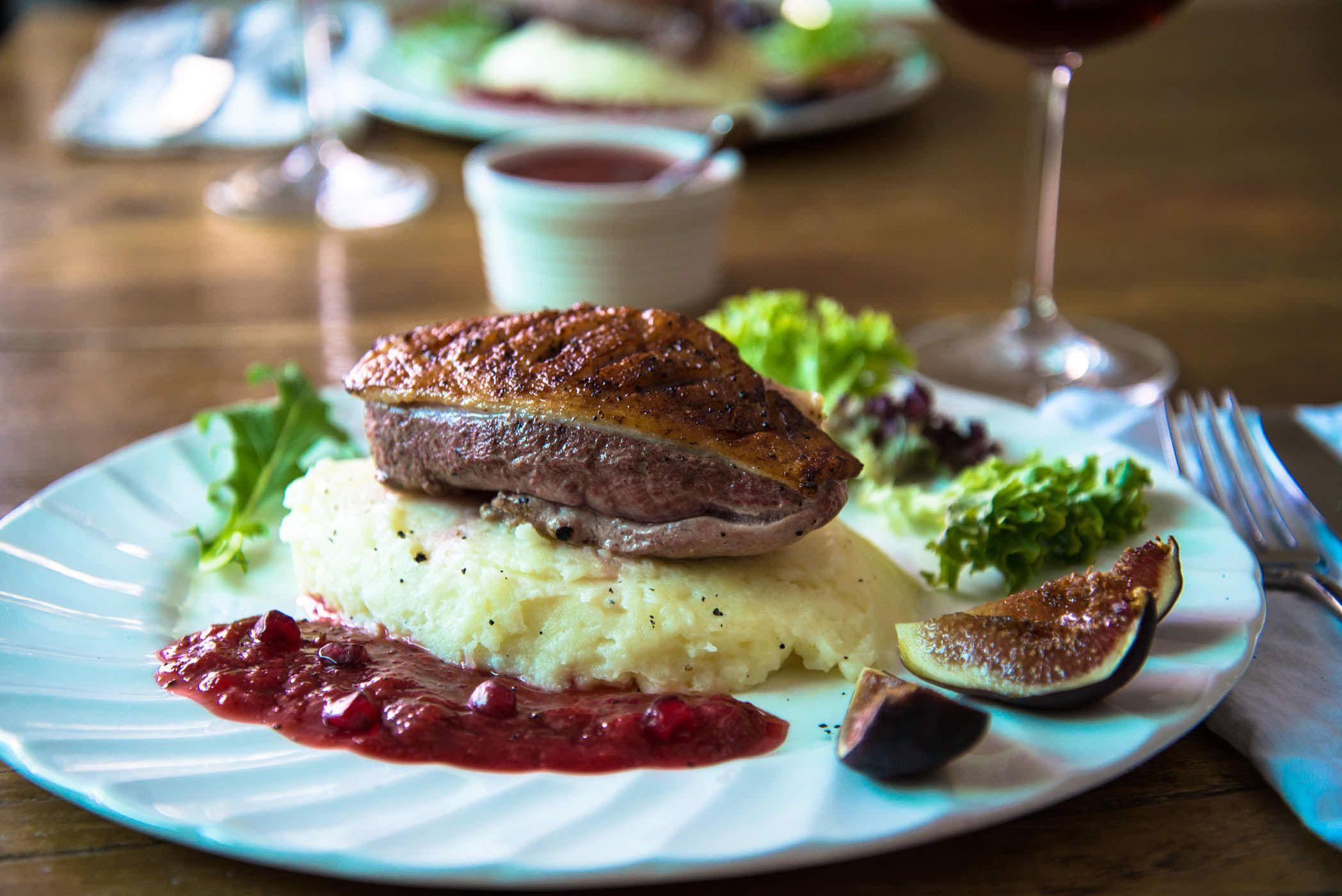 Pato com molho de ameixa & Figos por um jantar romântico | The Hungry australiano