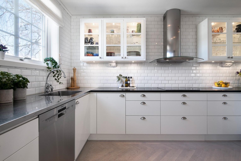 Kök stenskiva kök : Kök i vinkel med pÃ¥kostad fin bänkskiva i granit   Ballingslöv ...
