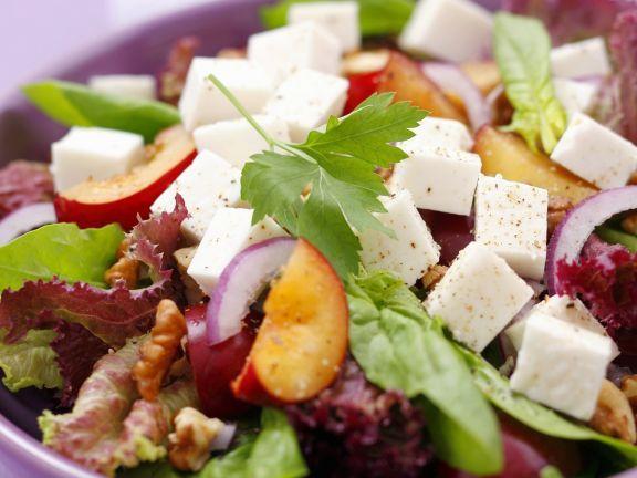 Gemischter Blattsalat mit Pflaumen und Ziegenfrischkäse ist ein Rezept mit frischen Zutaten aus der Kategorie Steinobst. Probieren Sie dieses und weitere Rezepte von EAT SMARTER!