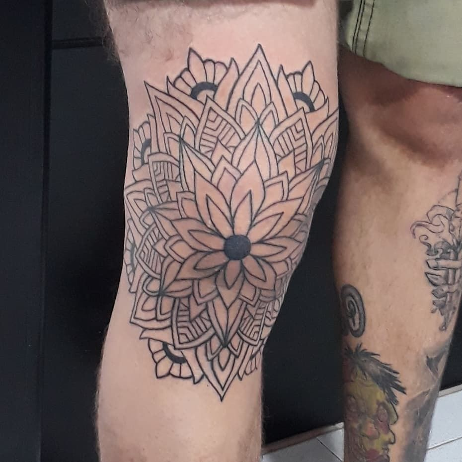 Primera sesión rodilla #mandalatattoo #dotworktattoo #Puntillismo #santamarta #colombia #barranquilla #medellin #medellink #dotworktattoo #dynamic #tattooink #inked #ink #tattooed #geometrictattoo #mandalatattoo #venezuela#ink #inked #inktattoo #criticaltattoo #Eternalink #dotworktattoo #blackworktattoo #inkarttattoo