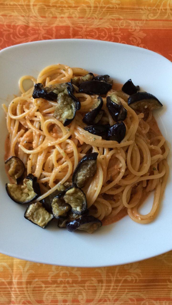 Pasta con le melanzane e pesto alla siciliana, un pesto fresco e delicato che si sposa benissimo con le melanzane fritte ideali in questo periodo dell'anno. 175/177