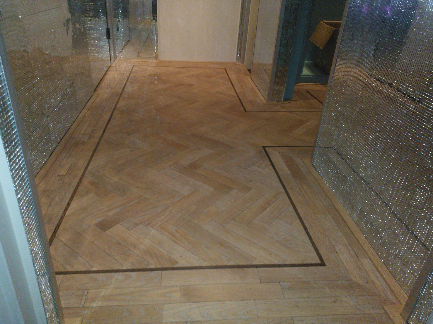 visgraat parket vloer door natuurlijk hout gelegd in een hal