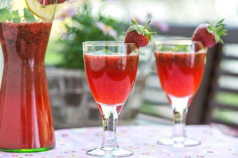 Raikas juoma kesäpäivään! Sitruunamelissa-mansikkajuoma