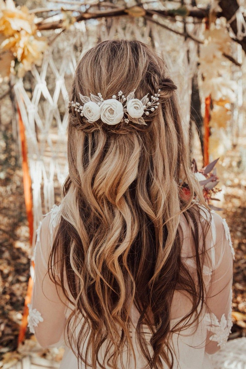 Boho Braut Haarkamm mit weißen handgefertigten Blumen und