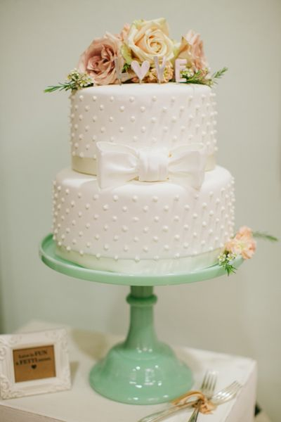 h e b has a variety of cake designs to satisfy any type of bride