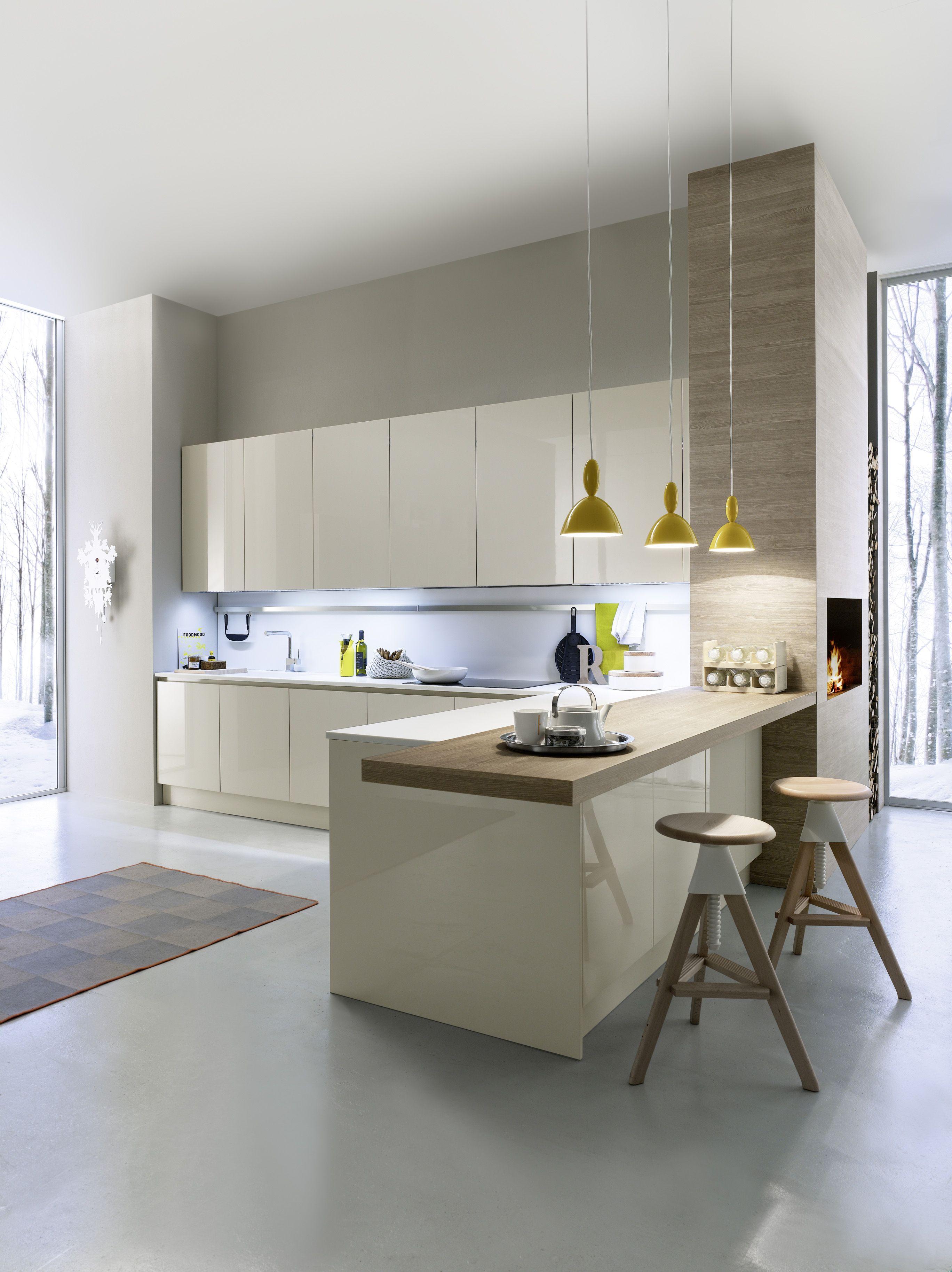 Les trois couleurs, gris pâle au plancher, blanc pour le haut des armoires et le bois au bas des armoires!