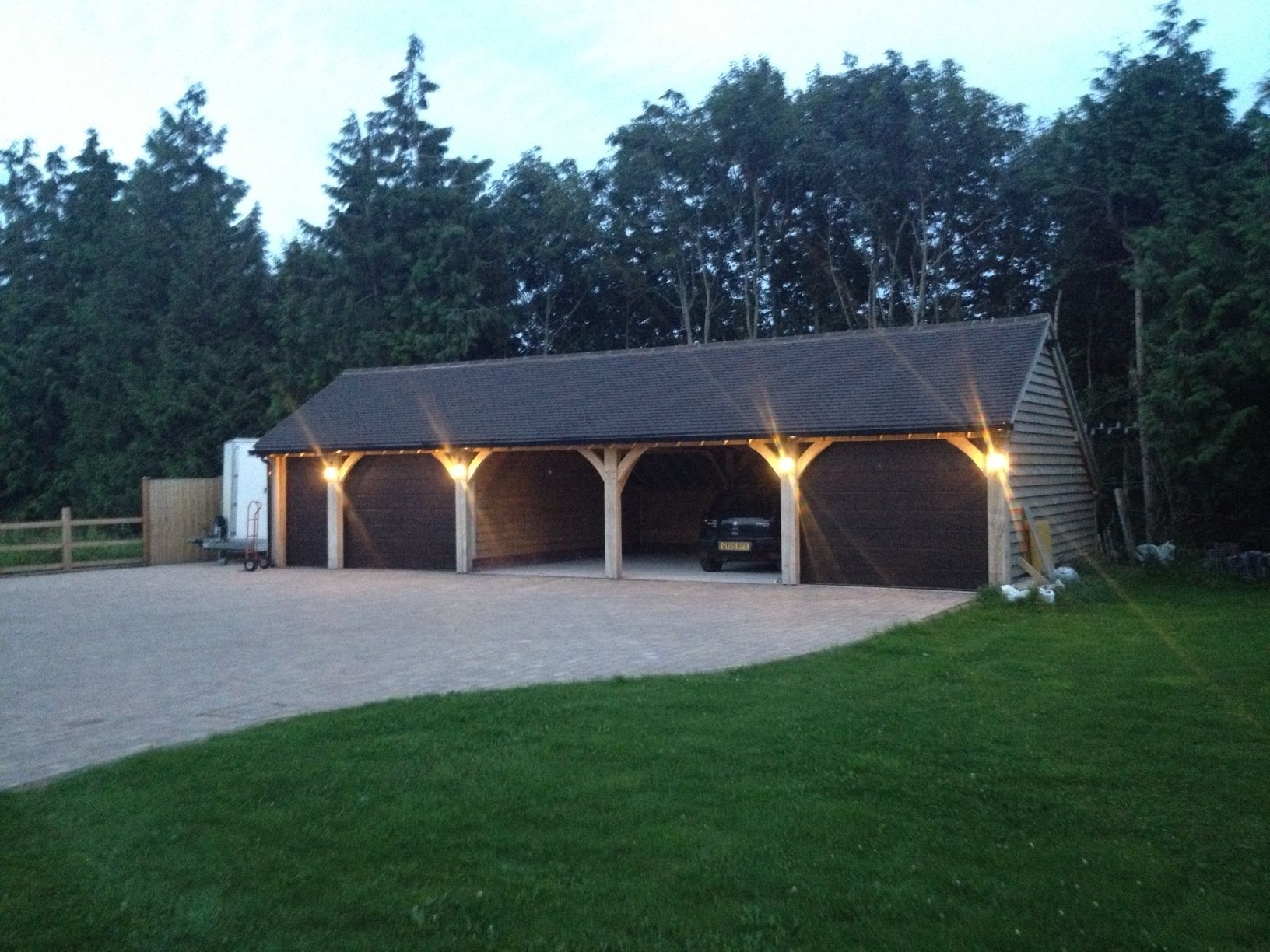 Story Diese Garage An Einem Hang Das Spitzdach Auf Der Hangseite Verlangert Bis Zum Grund Des Hanges Und Im Inneren D Barn Garage Garage Decor Garage Doors