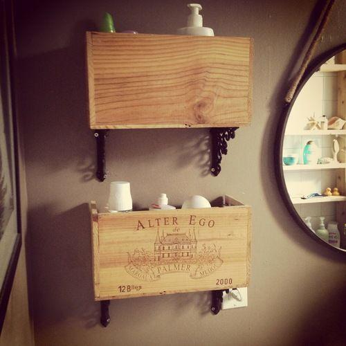 tag res de salle de bain faites partir d une boite de bouteille de vin en bois et de fixtures. Black Bedroom Furniture Sets. Home Design Ideas