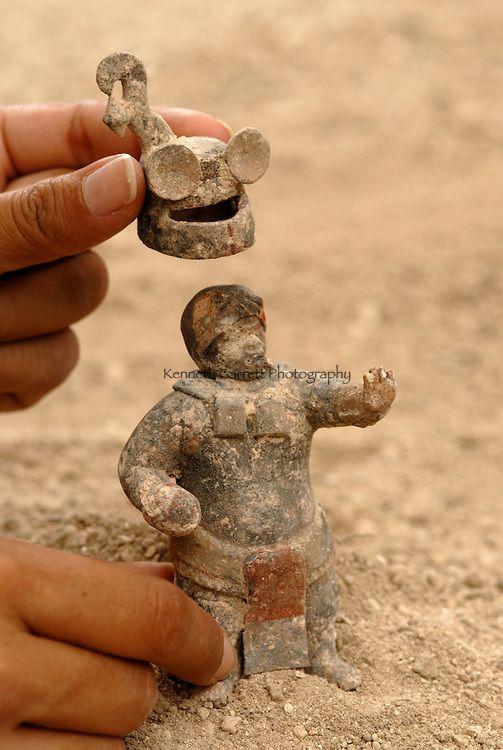 Waká.  Figurilla del período clásico en una tumba
