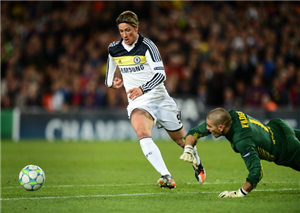Fernando Torres (L) of Chelsea passes by goalkeeper Victor Valdes of Barcelona to score the equalizing goal during the UEFA Champions League Semi Final second leg match between FC Barcelona and Chelsea FC at the Camp Nou stadium on April 24, 2012 in Barcelona, Spain.
