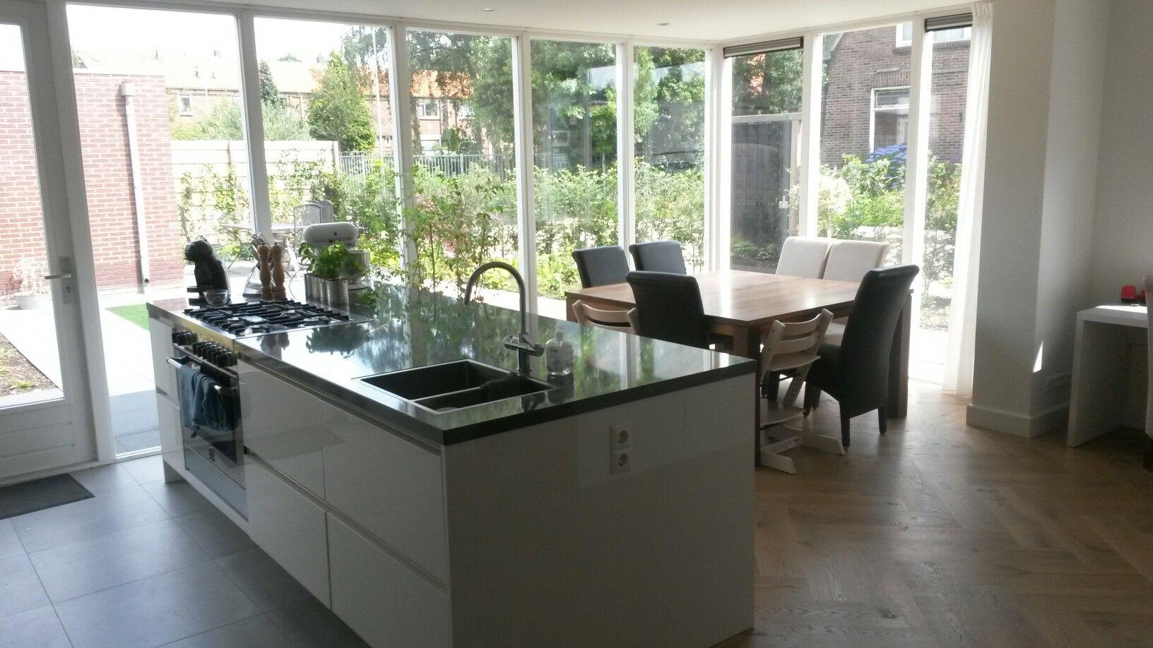 Visgraat Vloer Keuken : Woonkeuken met zicht op de tuin vierkante tafel hoogglans keuken