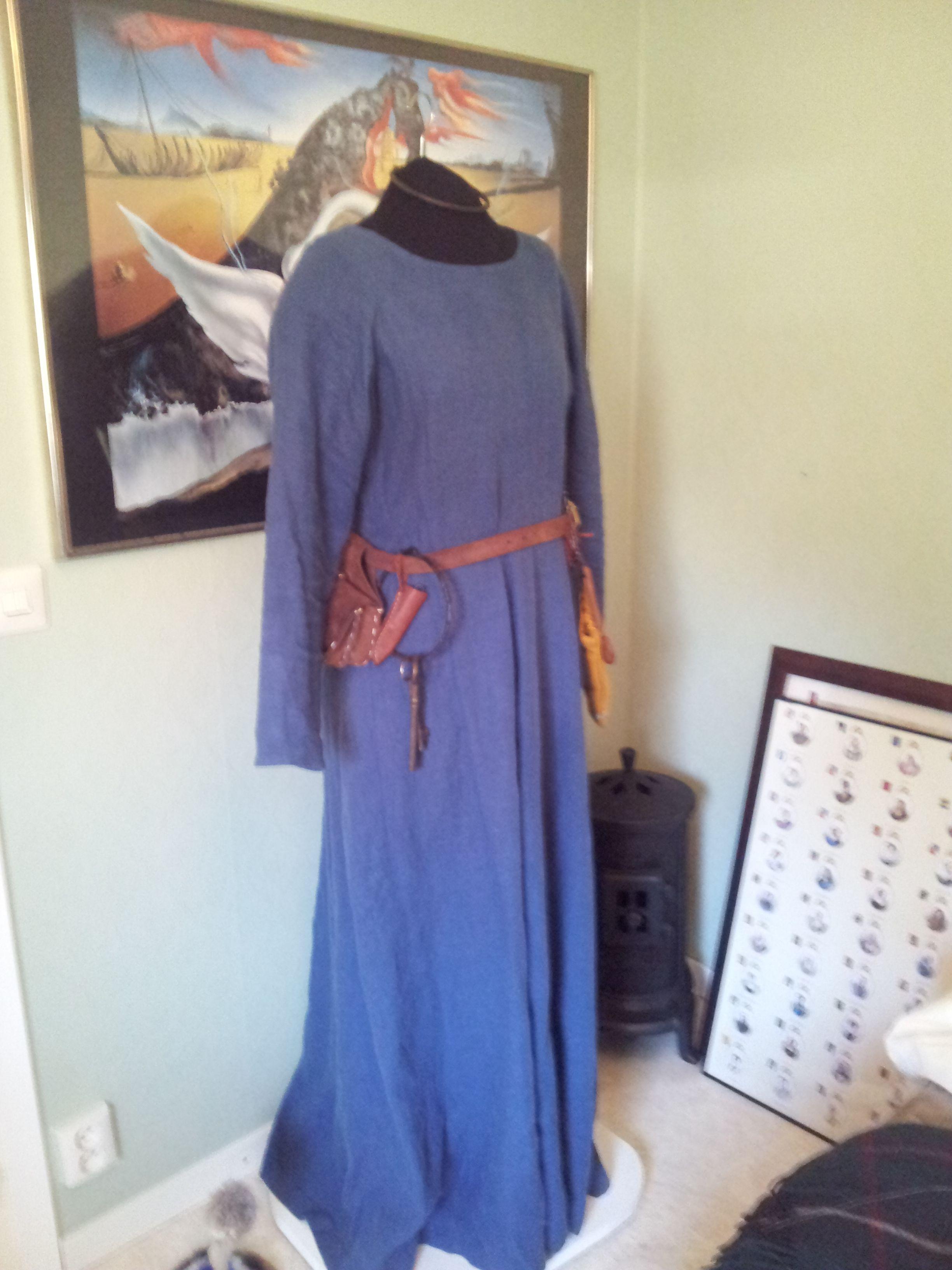 Jag håller på att sy en ny överklänning till sommarens medeltidsmarknader. Tyget är fiskbensmönstrat och går i grått och blått. Jag tänkte försöka få till en utstyrsel från den tidigare delen av medeltiden. Lite kortare och med brickband i kanterna.  Under klänningen ska jag ha den här blå klänningen i linne, jag vet att det inte är historiskt korrekt att klänningen är i linne, men tills vidare får det vara så.