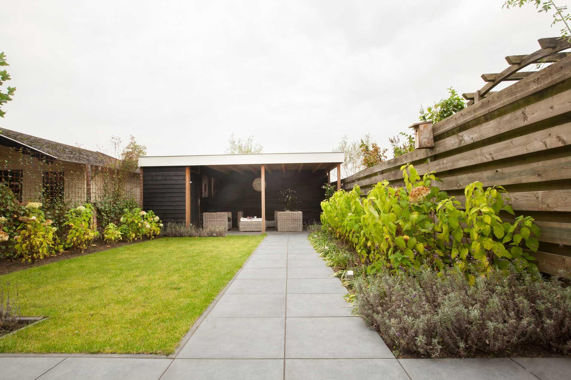 Rustige lijnen en een #gepotdekselde #overkapping waaronder heerlijk kan worden gezeten. #onderhoudsvrije #tuin | Heart for Gardens.