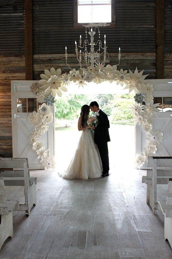 Flor de papel. Tenho visto em muitas decorações de casamento. Diferente né?!