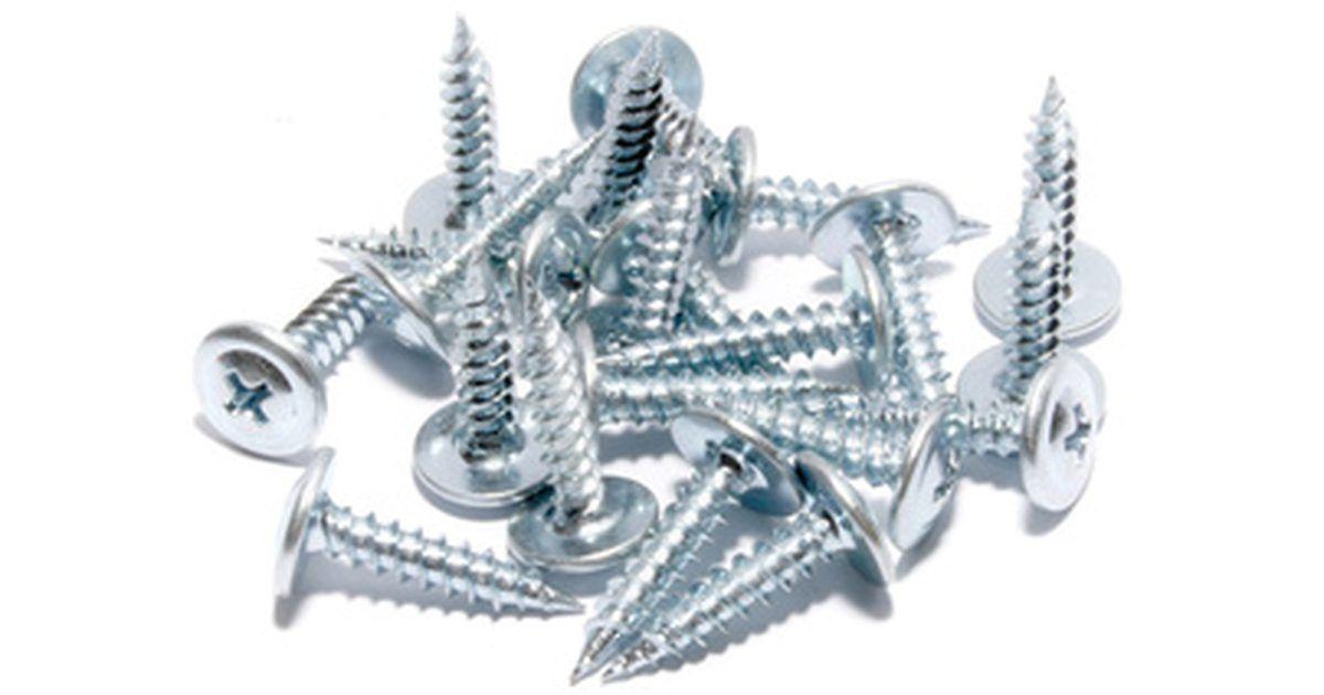 Como fazer uma galvanização de zinco com produtos químicos. O processo de galvanização -- o ato de usar uma corrente elétrica para revestir um metal com outro -- data do início de 1800. Alguns metais como o zinco proporcionam resistência à corrosão quando banhados por um metal básico. O processo de revestimento geralmente envolve a imersão do metal a ser revestido em uma solução do metal revestidor ...