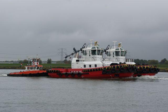 Damen transport 22 oktober 2015 op de Dordtse Kil met twee nieuwe sleepboten van Damen    http://koopvaardij.blogspot.nl/2015/10/damen-transport.html