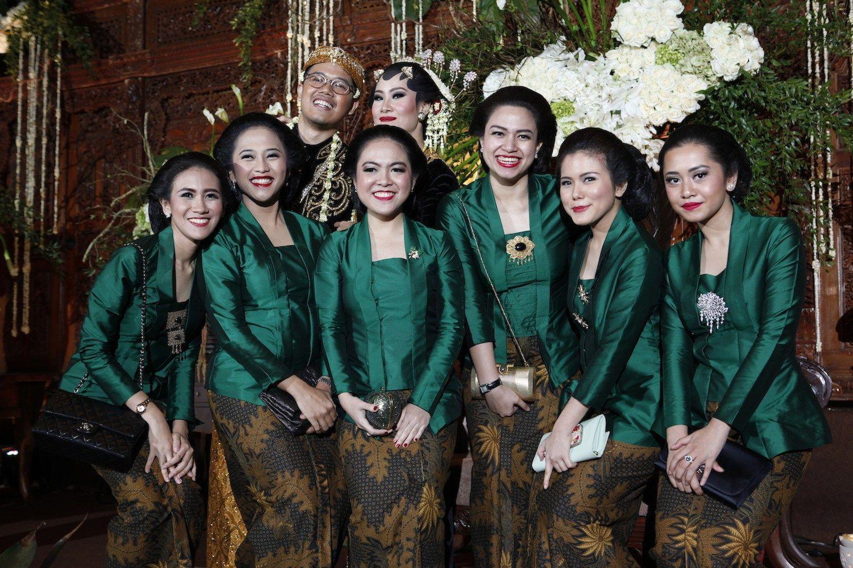 Foto Keluarga Pakaian Adat Jawa