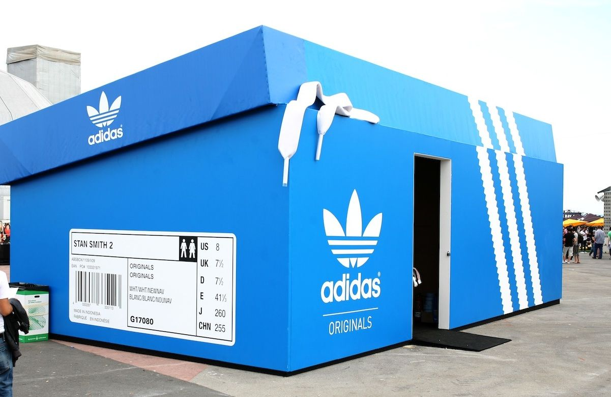 Sicuramente il progettista non poteva trovare una forma più adatta per realizzare uno stand della nota marca di articoli sportivi al Primavera Sound Festival di Barcellona