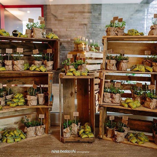 Nossos caixotes na linda decoração da @kagamarano com fotos lindas da @nina.bedacchi ❤️❤️❤️ #rustico #moveisecoisinhas #locacaodepecas #locacaodemoveis #locacaodeobjetos #casamentorustico