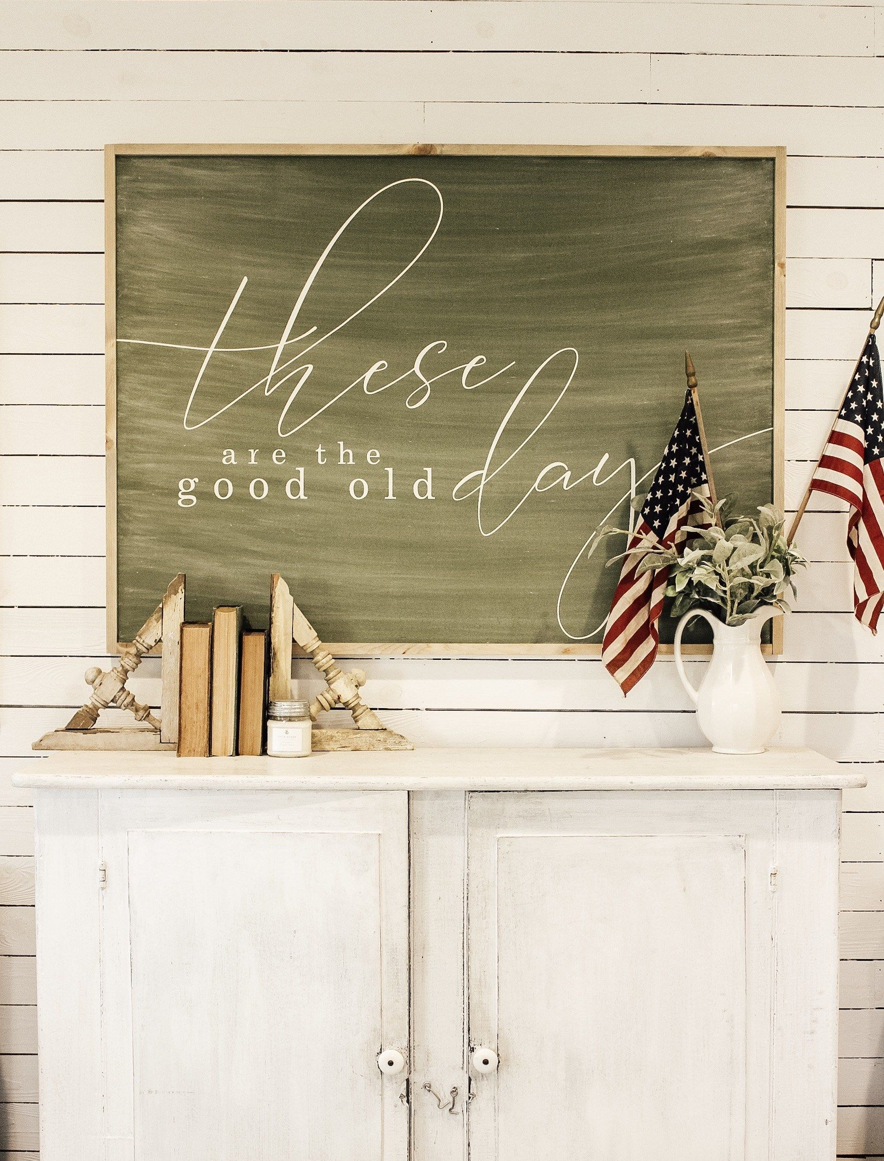 Simple Patriotic Home Decor | Fletcher Creek Cottage #ohsweetskye #farmhousesigns #fletchercreekcottage #homedecor #4thofjuly