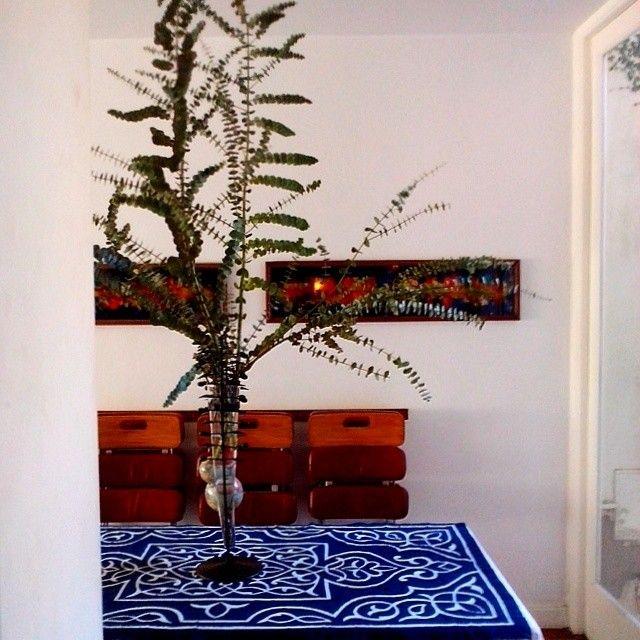 Tomando café en lo de Luis María. Morí muerto con el centro de mesa y el mantel azul. #Amigos #friends #Blue #patterns #vase #Beauty #tablecloth #Home #Belgrano #BuenosAires #Design