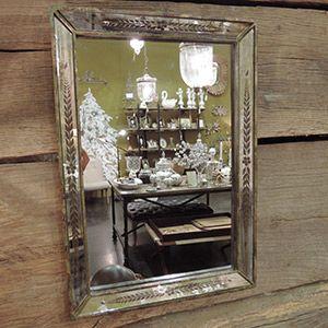 miroir rectangulaire v nitien en pin vieilli et grav sign chehoma sa forme simple soutient un. Black Bedroom Furniture Sets. Home Design Ideas