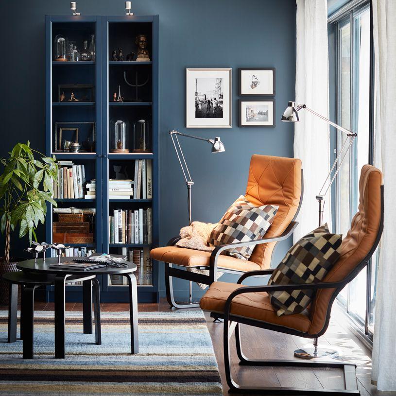 Ein Kleines Wohnzimmer U A Eingerichtet Mit BILLY Bcherregal Glastr In Dunkelblau Und Zwei PONG Sesseln