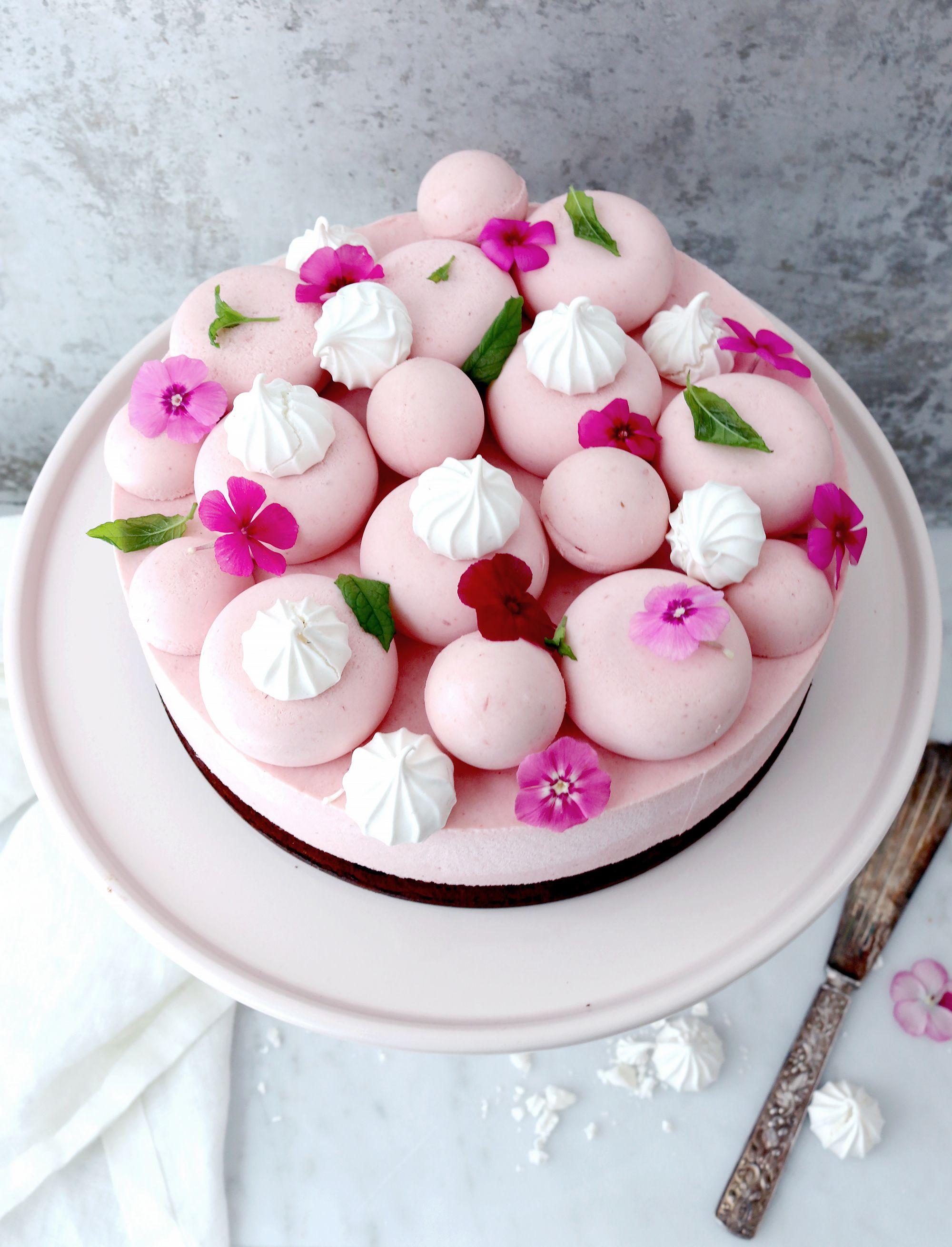 08d1435bc694 Jordgubbsmousse tårta med kladdkakebotten, det går fint med browniebotten  också. Dekorerad med maränger och