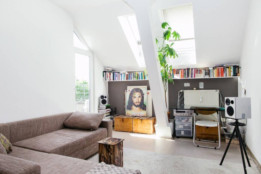 Helles Wohnzimmer im Dachgeschoss #Wohnzimmer #Dachgeschoss - wandfarben fürs wohnzimmer