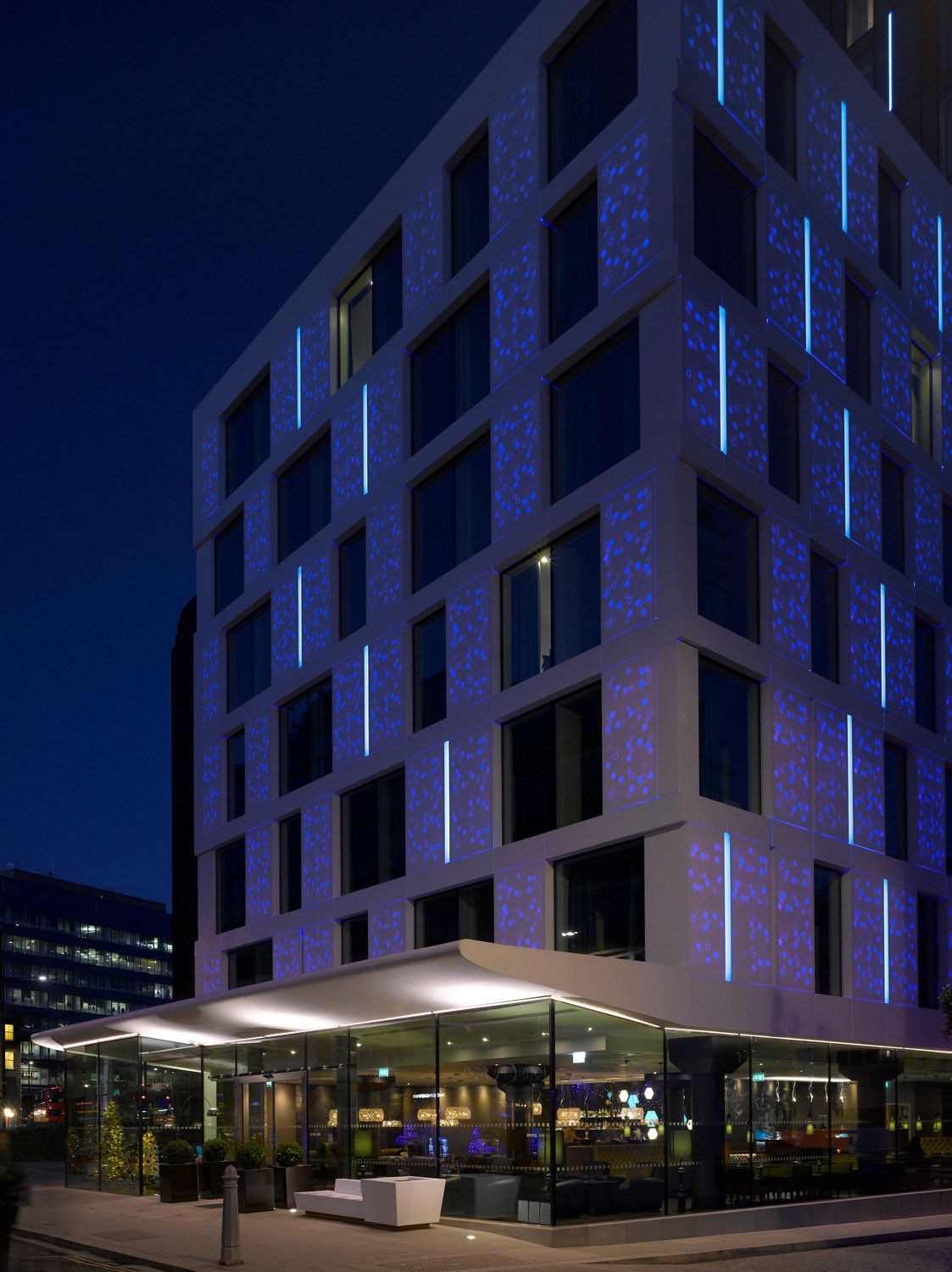 Corian Waschbecken Rosskopf Led Facade Made Of Corian Motel One London Our Client