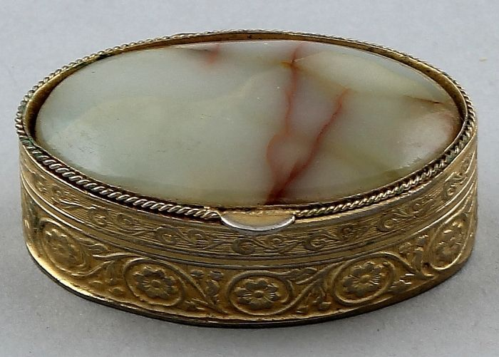 Gilded oval pill box with agate lid