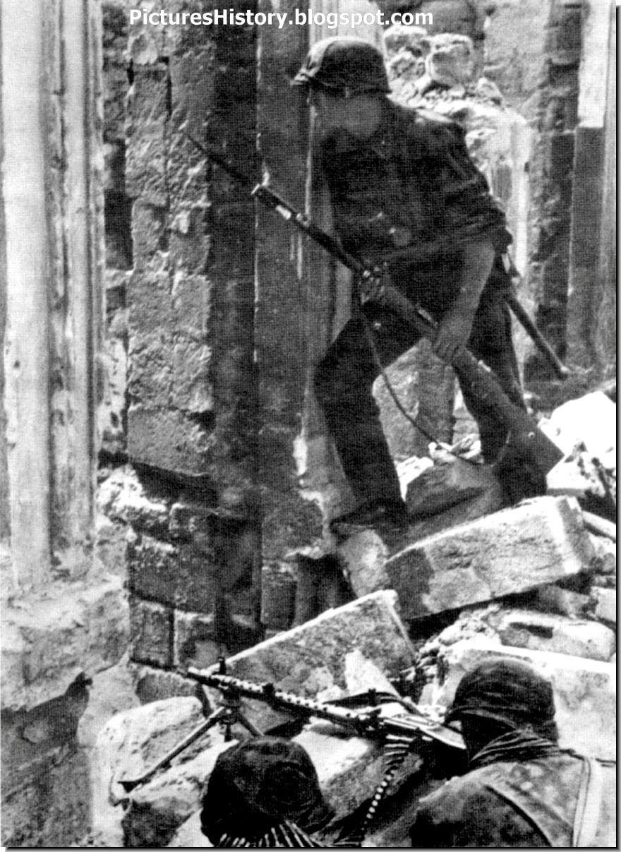 Waffen SS soldiers with a MG 34 machine gun at Mariupol, 1941