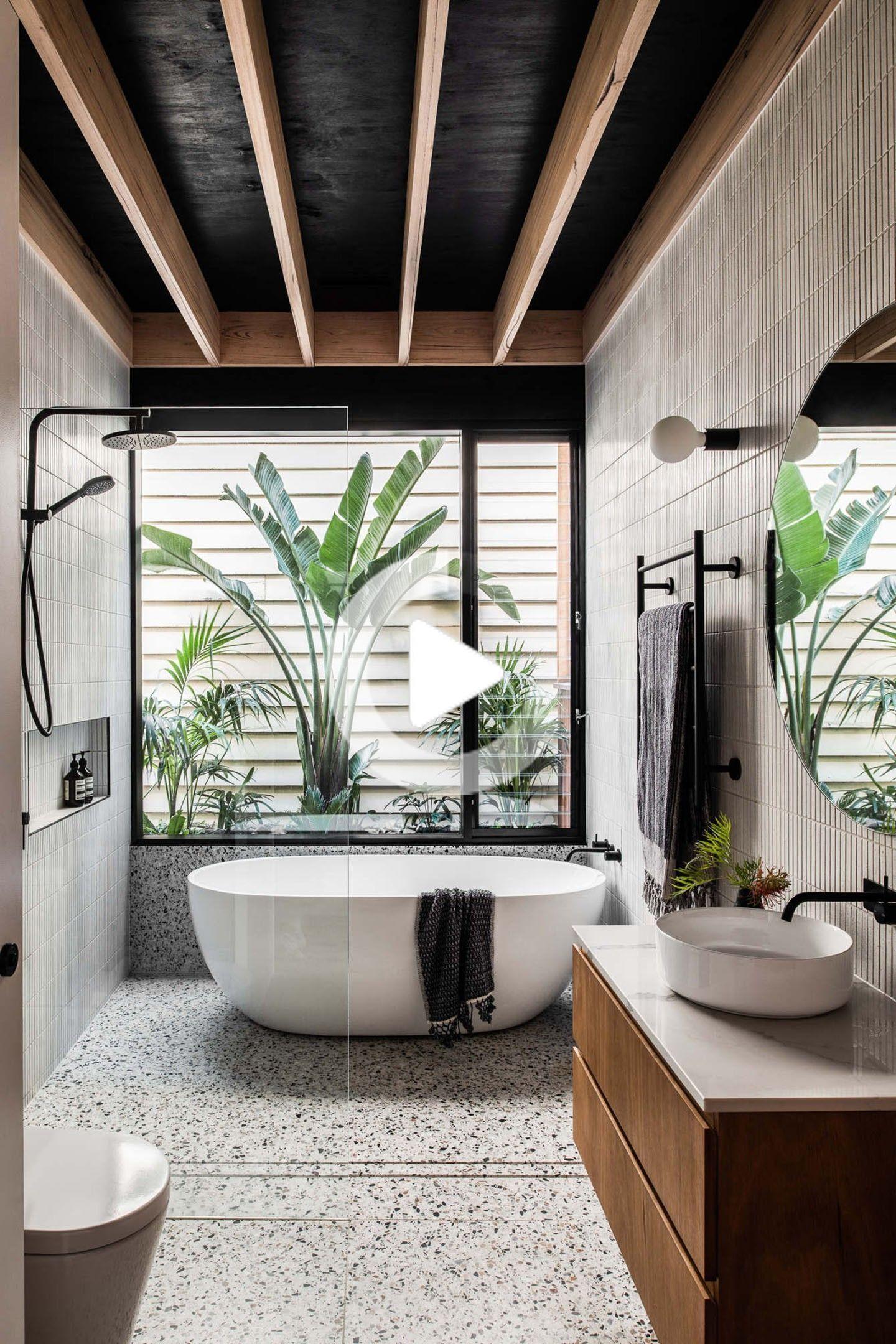 Dekor Des Tages Badezimmer Mit Granilit Schwarzer Decke Und Holz In 2020 Haus Innenarchitektur Badezimmer Innenausstattung Spa Dekorationen