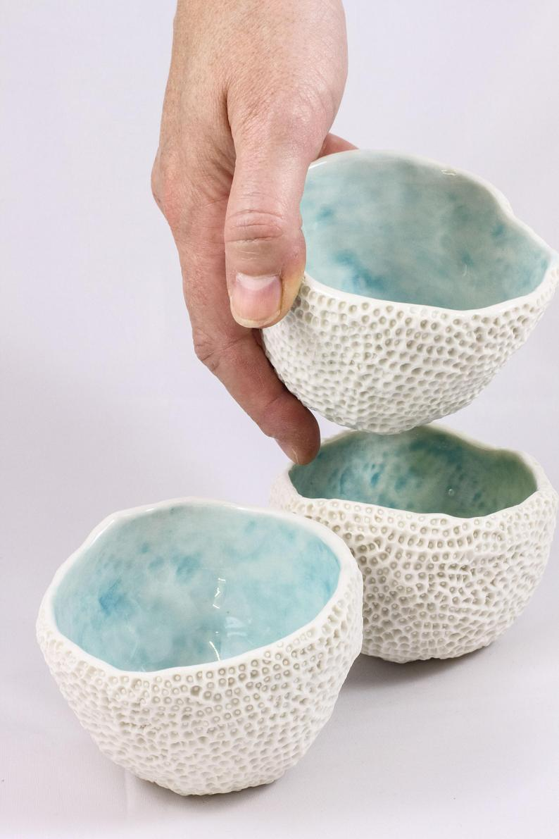 Jolis pots oursins, ensemble de 3 - bleu turquoise / Set of 3, Delicate Modern Sea Urchin,  Little dish -  sea bleu MADE TO ORDER -   - #Artists #Bleu #Ceramics #delicate #Dish #ensemble #FashionTrends #HandEmbroidery #HandEmbroideryPatterns #jolis #modern #order #oursins #Pots #Pottery #RunwayFashion #sea #set #turquoise #urchin #Women'sStreetStyle