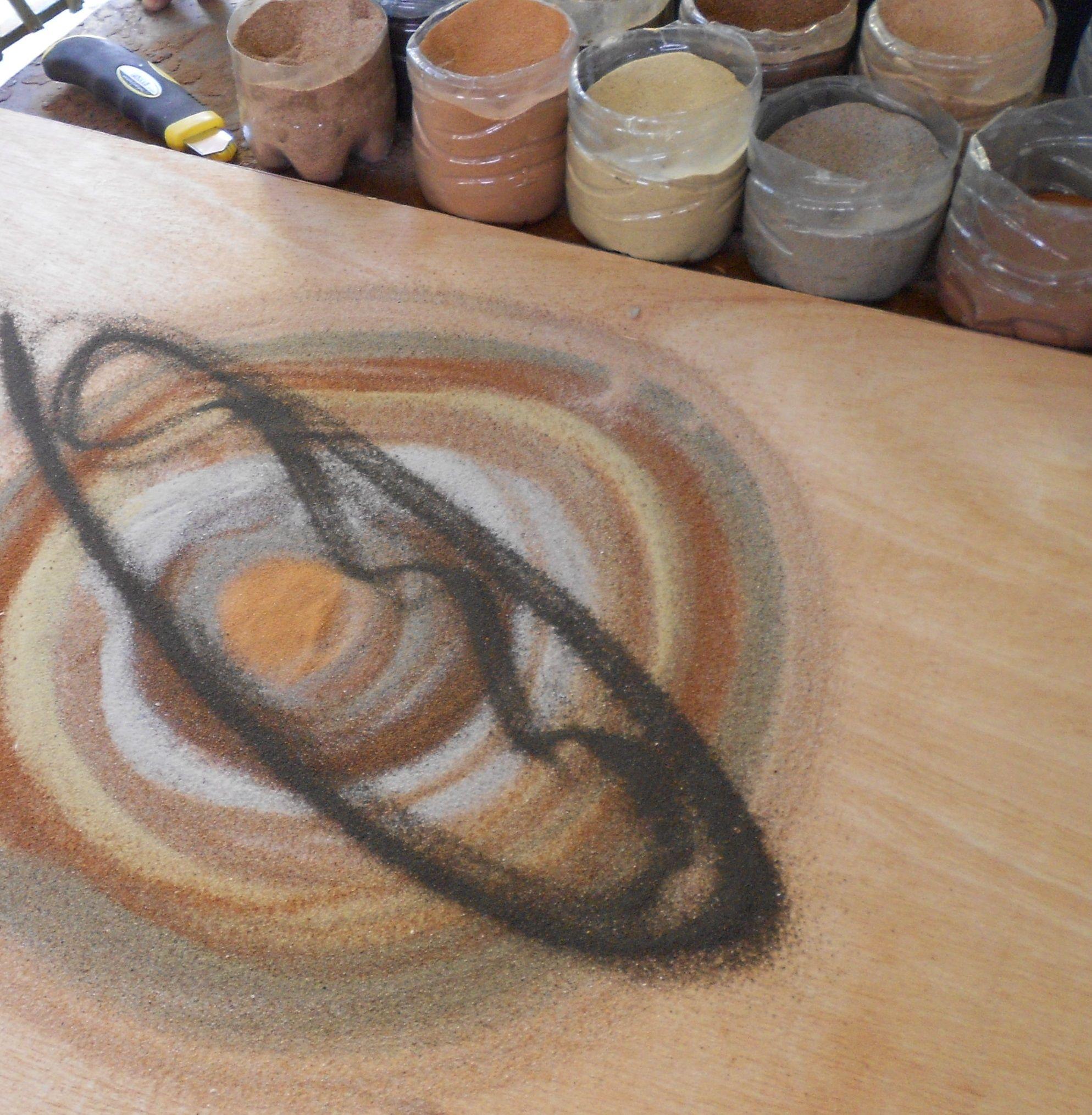Artiste qui réalise tableau de sable au Sénégal sur l'Ile de Gorée