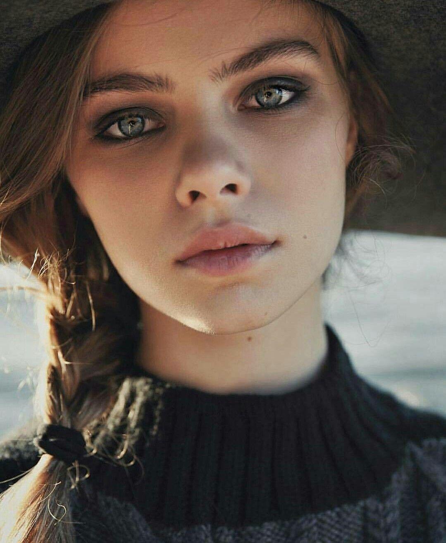 Brune Aux Yeux Bleus portrait#femme#tresse#yeux#bleus#brune#peau#clair#chapeau# | model