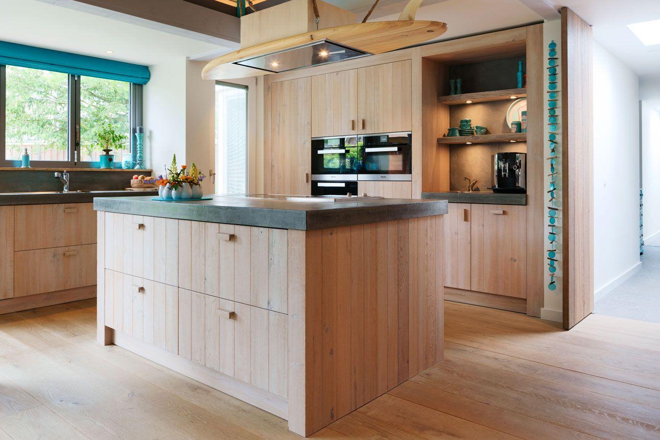 Massief houten keuken met betonnen aanrecht מטבח pinterest